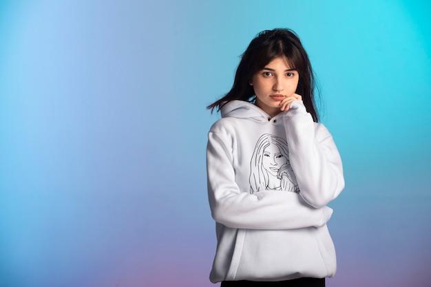 Jeune fille en tenue de sport rester calme.