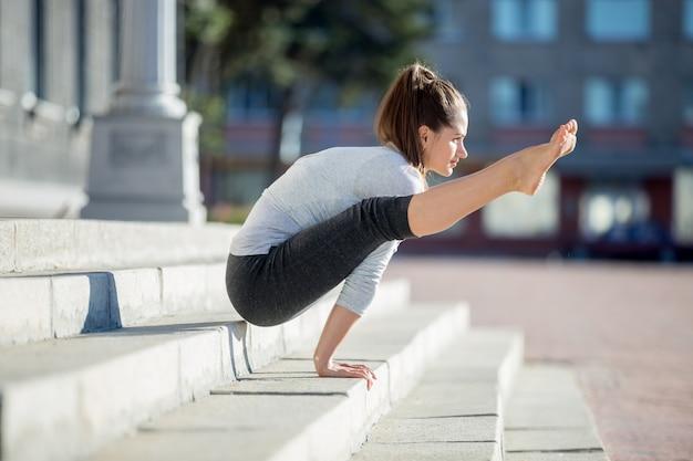Jeune fille travaillant avec les mains sur le plancher