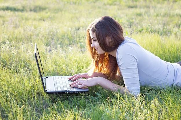 La jeune fille travaille comme voyageur indépendant