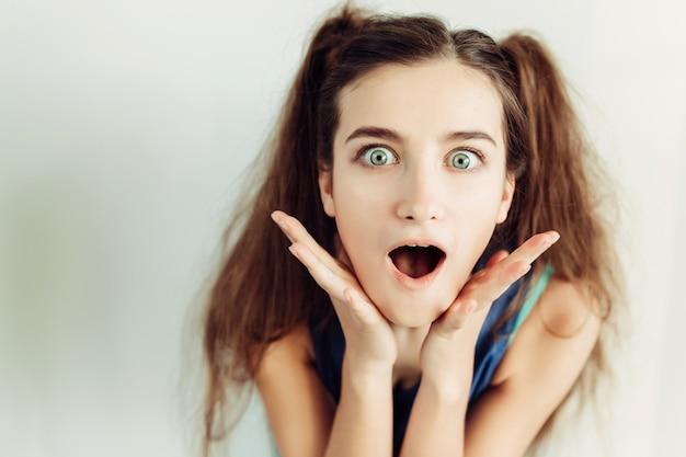 Jeune fille avec des tresses surpris fermer