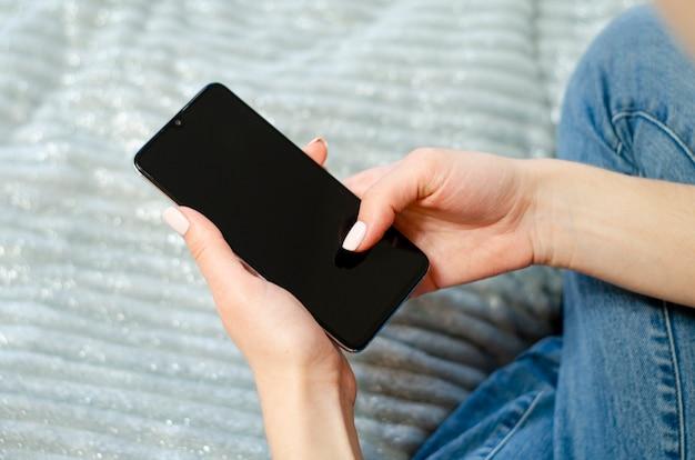 Une jeune fille utilise son téléphone portable. communication à distance. réseaux sociaux. communication virtuelle.