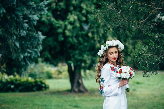 Jeune fille en vêtements traditionnels nationaux