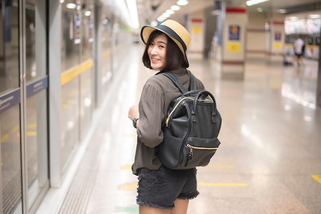 Jeune fille de voyage asiatique profite du voyage