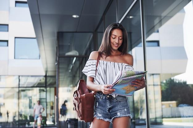 La jeune fille voyage avec un sac à dos dans les villes d'europe.