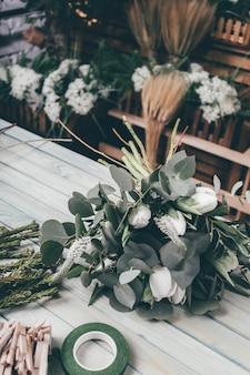 Jeune, fleuriste, femme, confection, beauté, bouquet