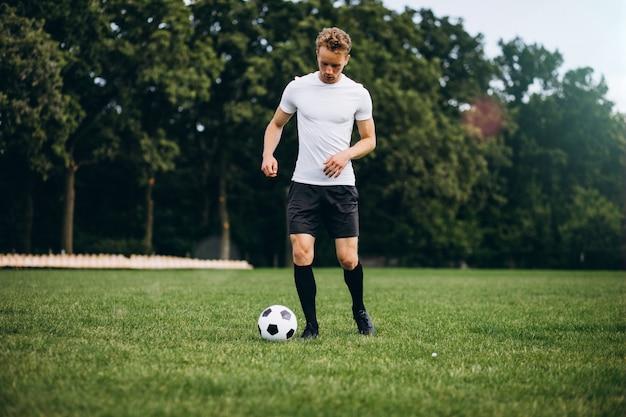 Jeune footballeur sur le terrain de football