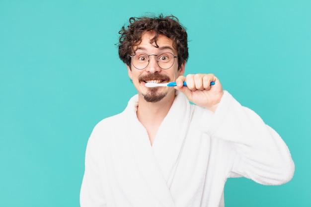 Jeune fou avec une brosse à dents
