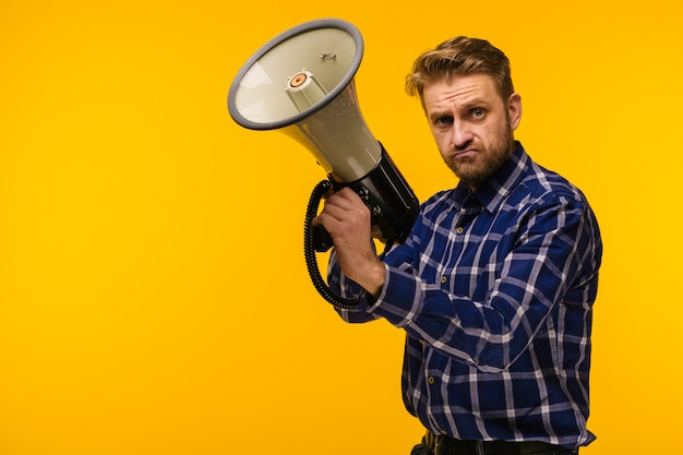 Jeune fou fou fou pose avec un mégaphone.