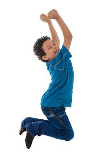 Jeune garçon actif sautant