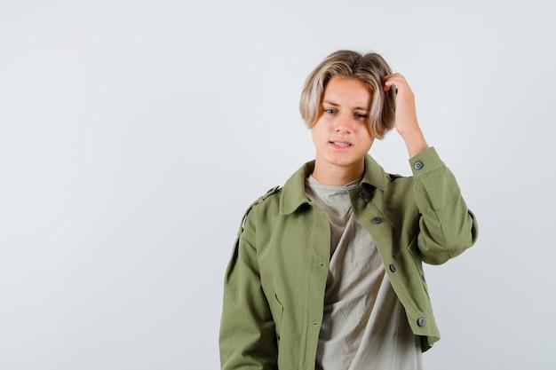 Jeune Garçon Adolescent Se Gratter La Tête Photo Premium