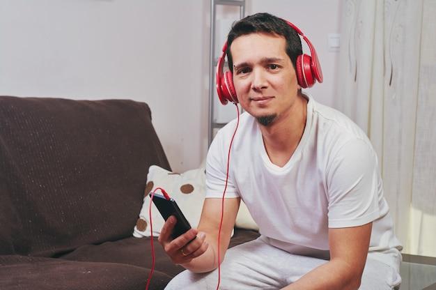 Jeune garçon aime écouter de la musique