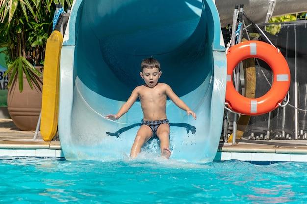 Jeune garçon appréciant le toboggan aquatique