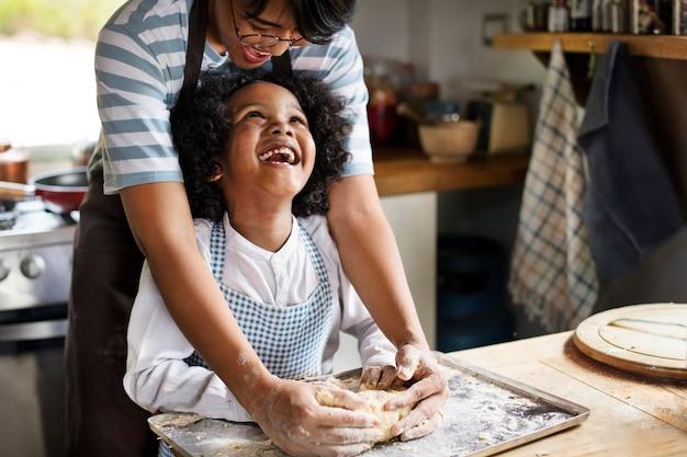 Jeune garçon apprenant à cuisiner avec sa mère