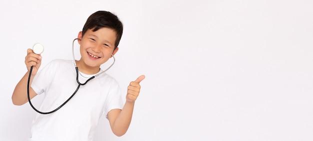 Le Jeune Garçon Asiatique Heureux Joue Un Docteur Photo Premium