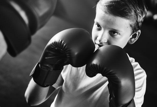 Jeune garçon aspirant à devenir boxeur