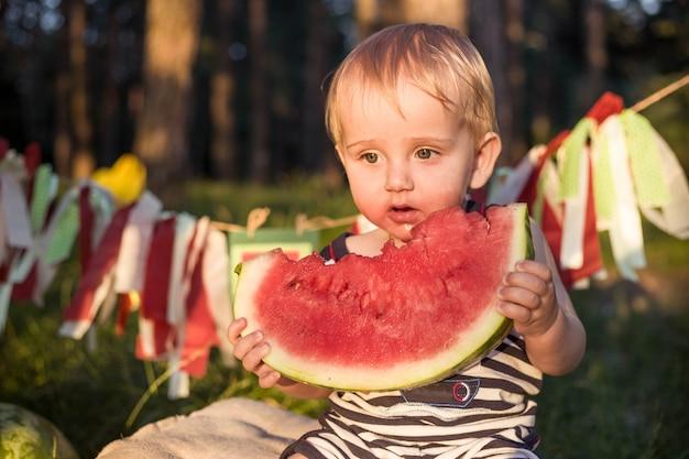 Un jeune garçon blond a de bonnes habitudes alimentaires