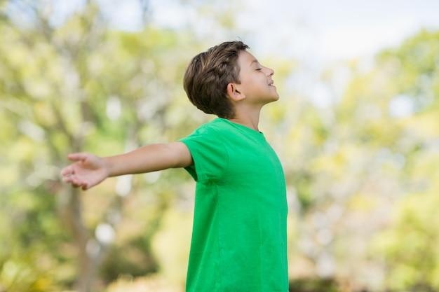 Jeune garçon, à, bras tendus