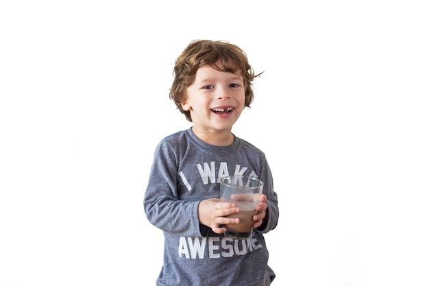 Jeune garçon buvant du lait au chocolat