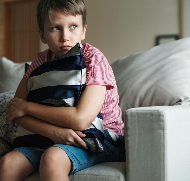 Jeune garçon caucasien avec émotion stressée