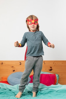 Jeune garçon avec costume jouant