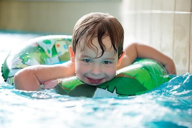 Jeune garçon, dans, tube gonflable, natation