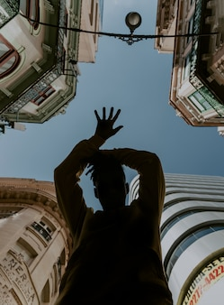 Jeune garçon danser dans la ville