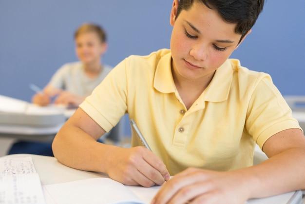 Jeune garçon, à, école, écriture