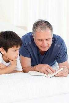 Jeune garçon écoute son grand-père