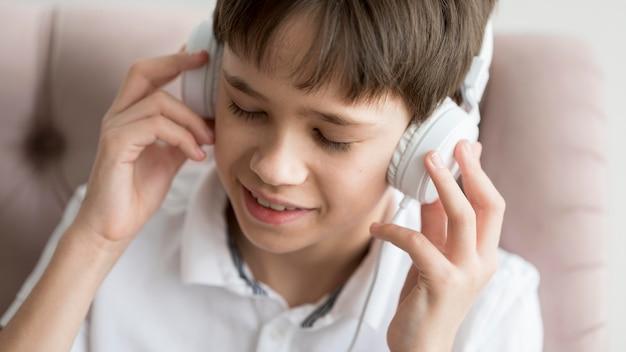 Jeune garçon, à, écouteurs