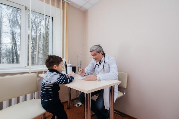 Un jeune garçon est écouté et traité par un médecin expérimenté dans une clinique moderne. un virus et une épidémie.