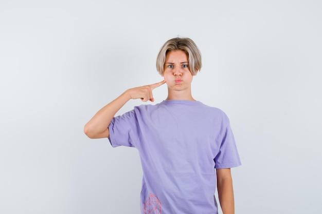Jeune garçon expressif posant dans le studio