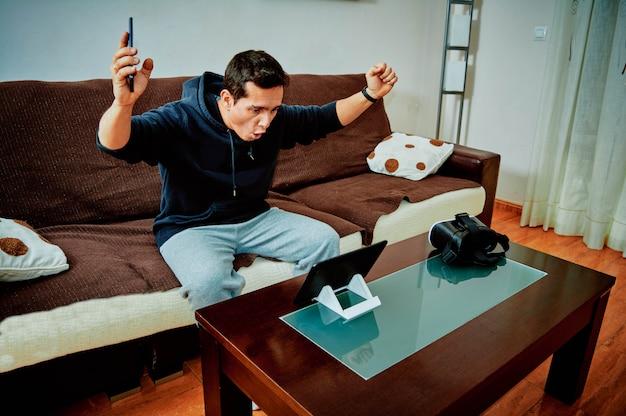 Jeune garçon gagnant des jeux vidéo sur sa tablette