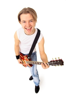 Jeune garçon avec guitare électrique isolé sur fond blanc