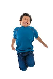 Jeune garçon heureux sautant en l'air