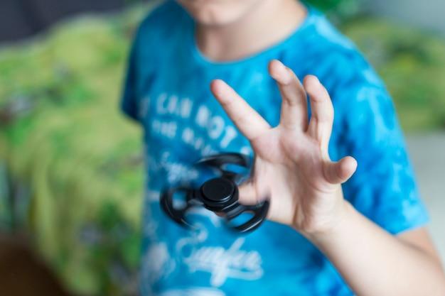 Jeune garçon joue avec un joug de soulagement du stress