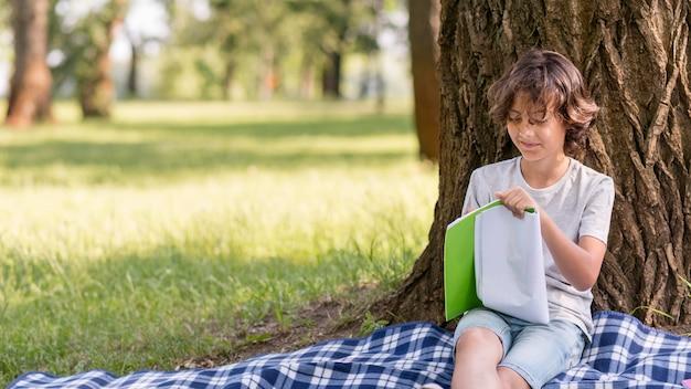 Jeune garçon lisant