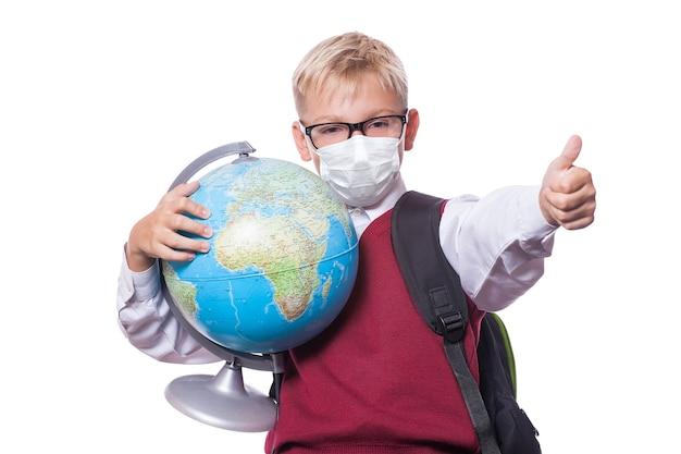 Jeune garçon avec masque de protection contre le virus corona à l'école.