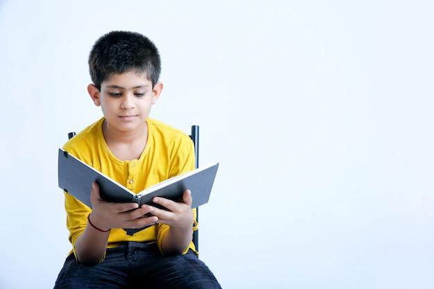 Jeune garçon mignon indien avec carnet