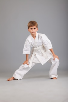 Jeune garçon portant un kimono de karaté blanc