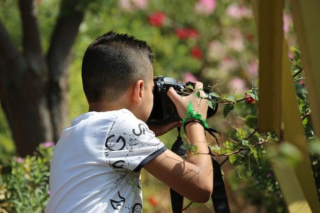 Jeune garçon, prendre photo, par, appareil photo, dans parc