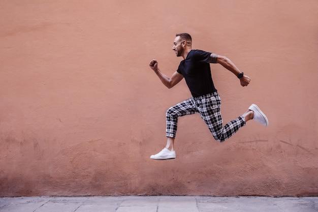 Jeune garçon sautant dans la rue
