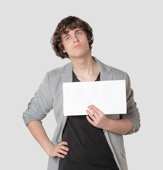 Jeune garçon tenant une affiche vierge avec remise en forme joyeuse