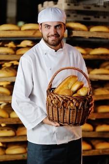 Jeune garçon tenant un panier avec des produits de boulangerie