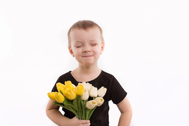 Jeune, garçon, tenue, tulipes, isolé, blanc