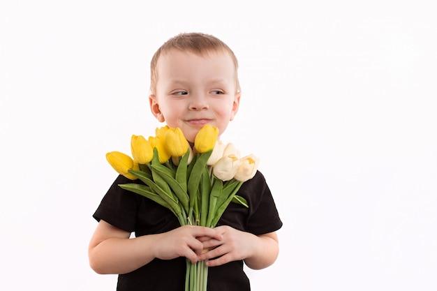 Jeune garçon, tenue, tulipes, isolé, blanc