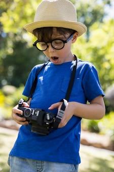 Jeune garçon vérifiant une photographie à huis clos