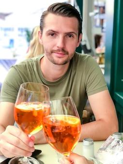 Jeune garçon avec un verre d'apocalypse avec un verre de sa fille bien-aimée