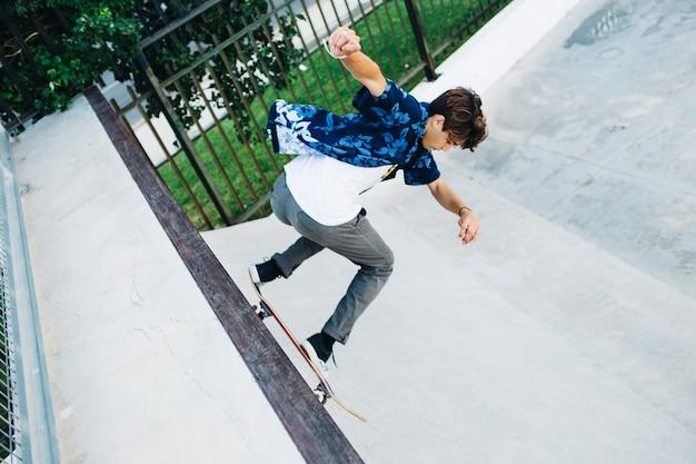 Jeune gars, skateboard et half pipe