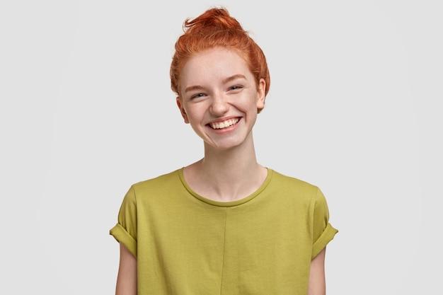 Jeune, gingembre, femme, porter, t-shirt vert