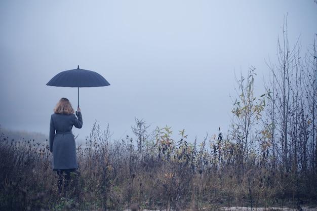 Jeune, girl, parapluie, automne, champ